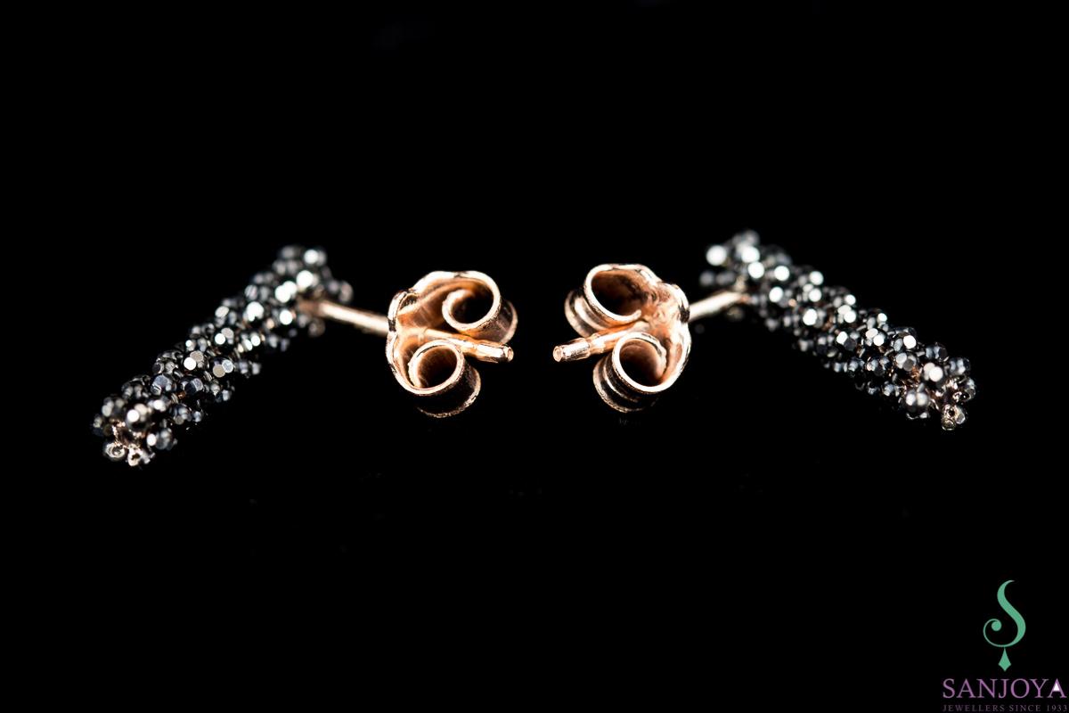 Korte rosé oorbellen met zwarte fonkelingen