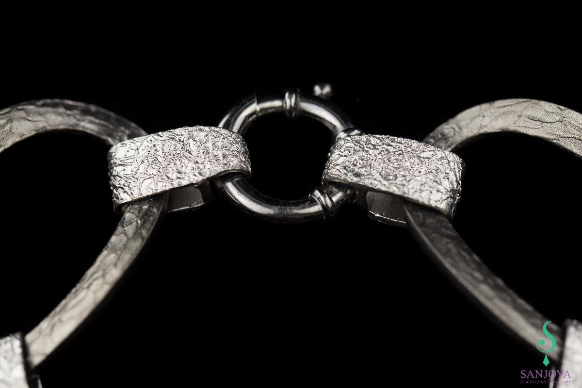 Schakelarmband van mat grijs en zilver gediamanteerd