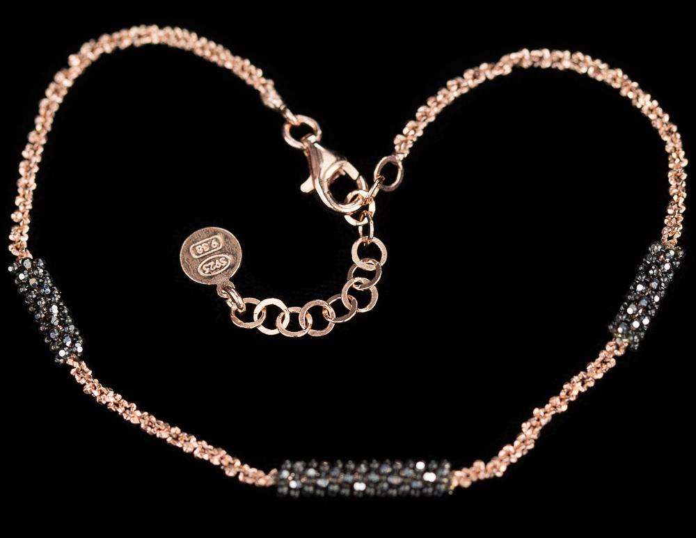 Rosé armband met zwarte versiering