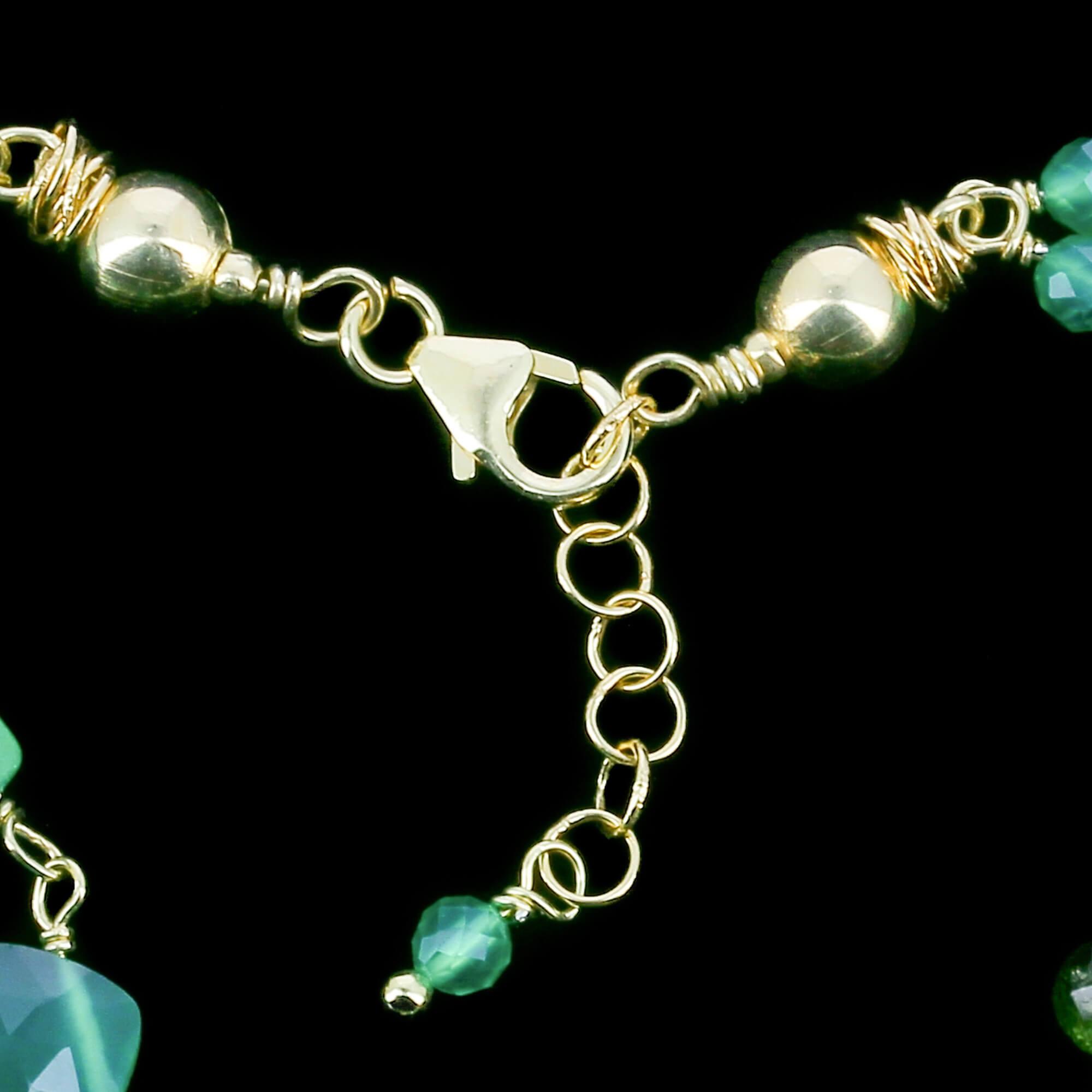 Tweerijige en vergulde armband van groene edelstenen