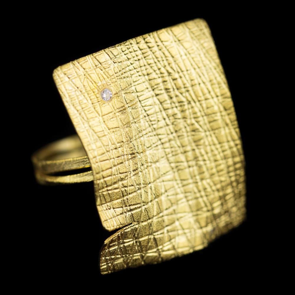 Vergulde rechthoekige ring met zirkonia steentje