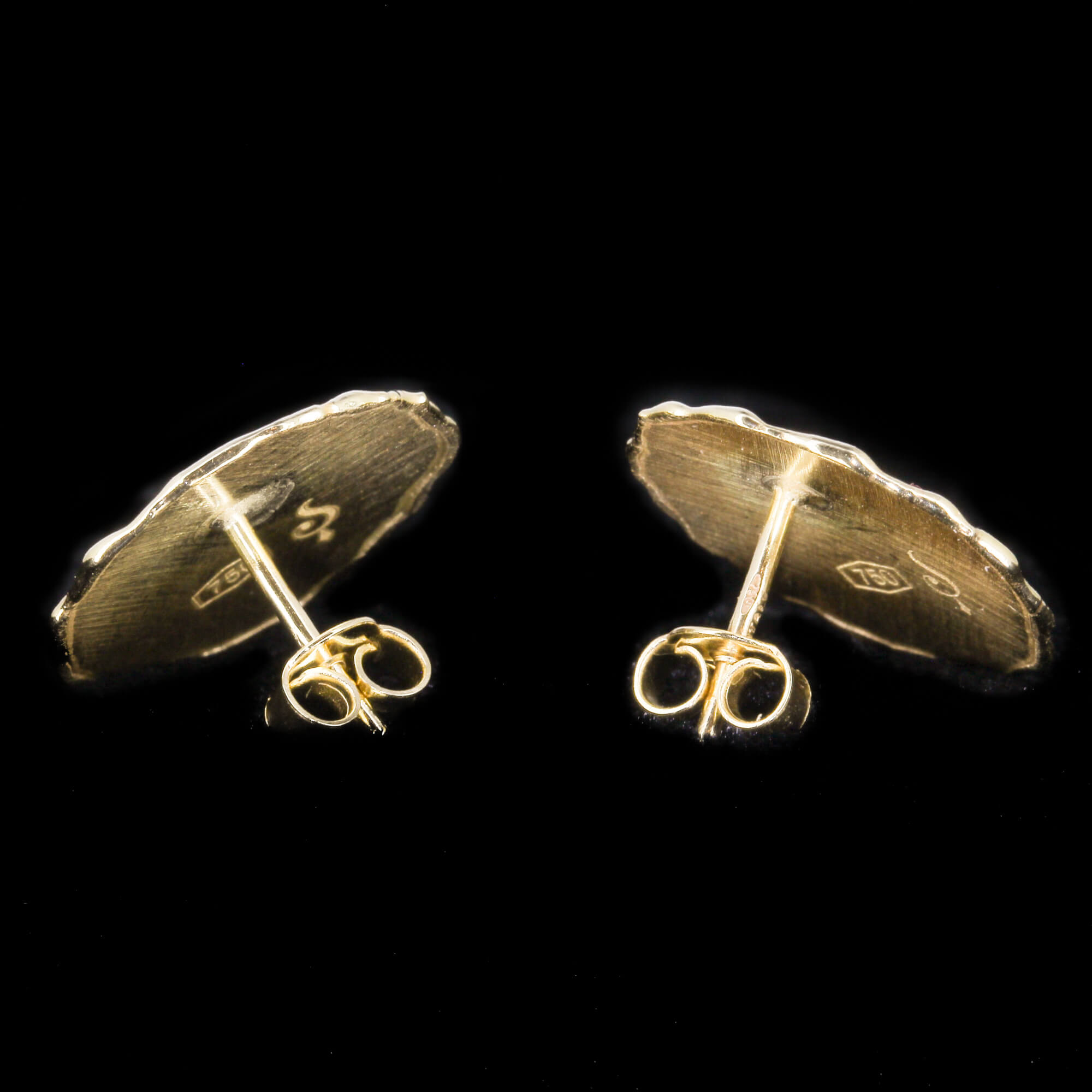 Kleine ronde en ongehamerde oorbellen van 18kt goud
