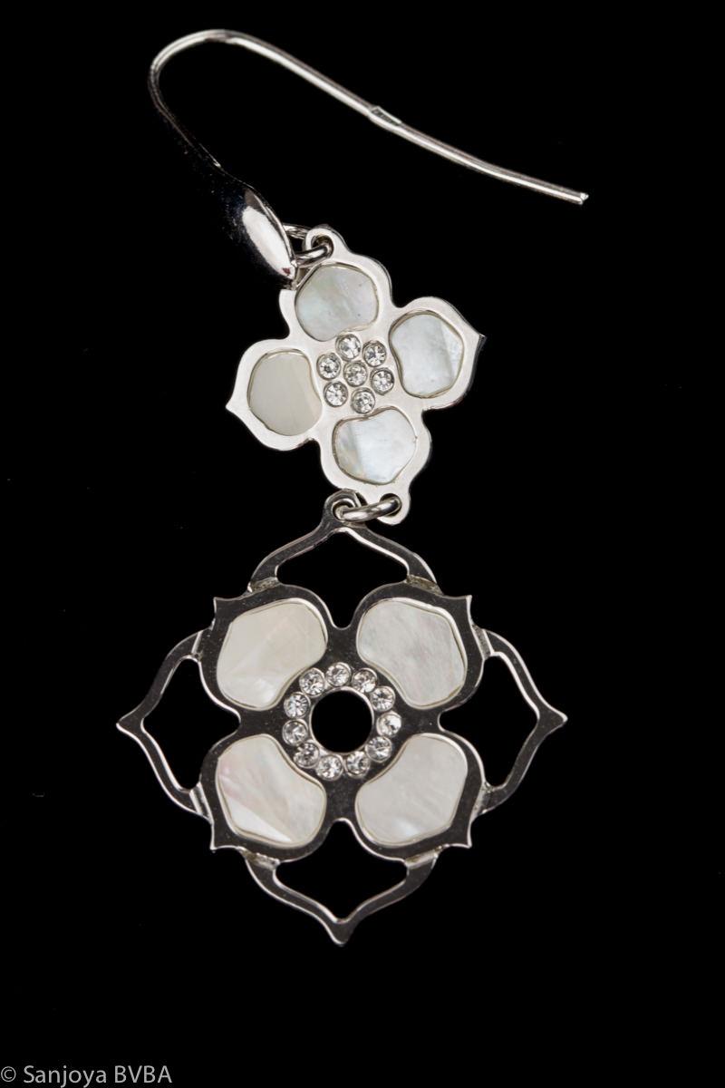 Zilveren oorbellen met 2 bloemetjes van parelmoer