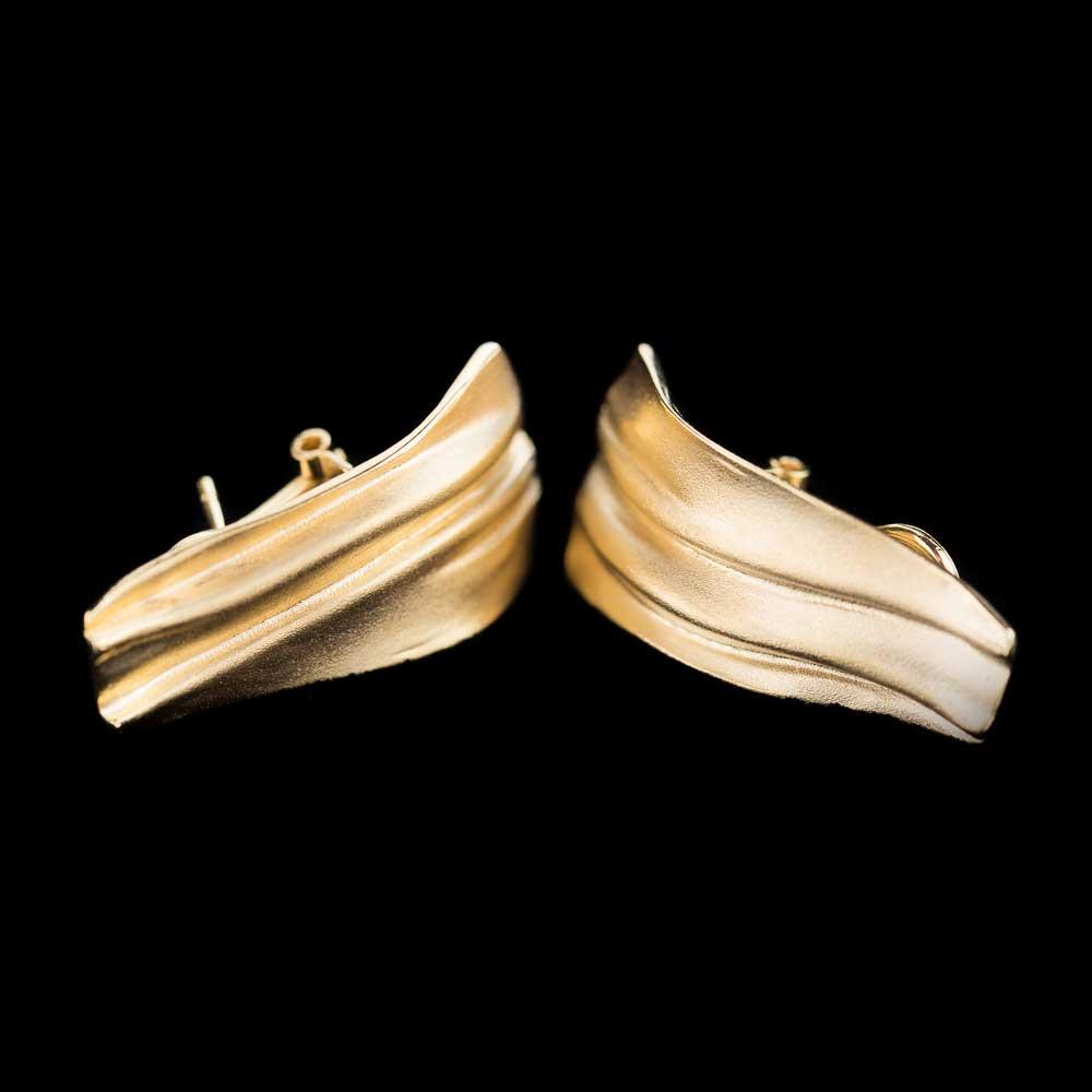 Matte en toelopende langwerpige vergulde oorbellen met clip