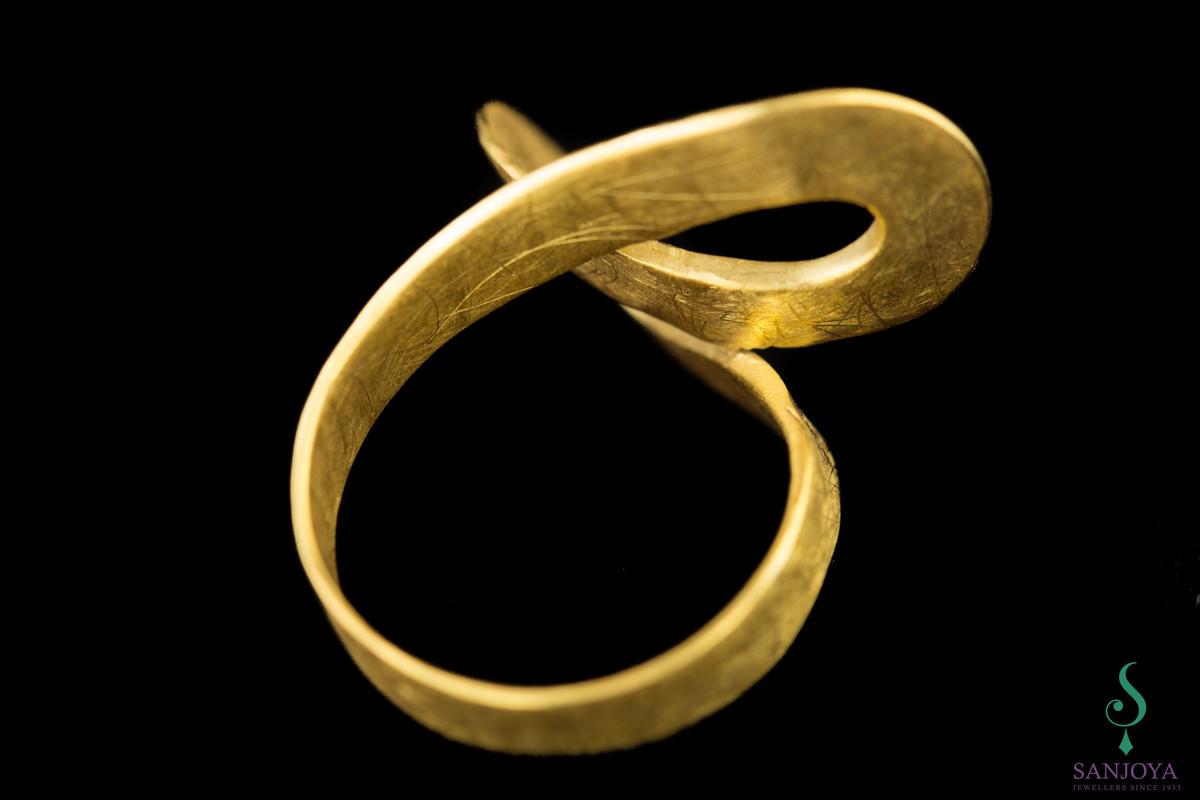 Vergulde openbewerkte ring met fraaie ronde welvingen