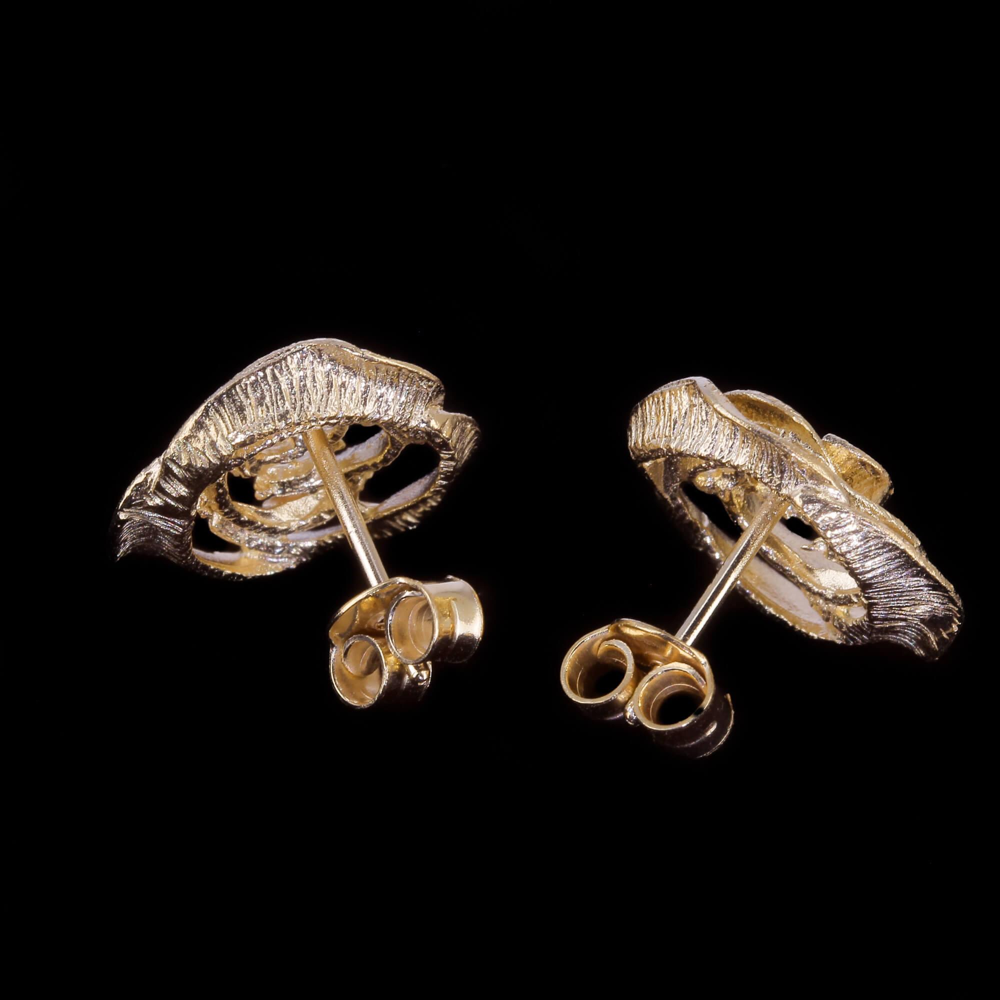 Kleine en schitterende vergulde bloemoorbellen