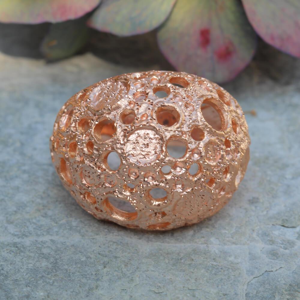 Bewerkte en rosé bolvormige ring