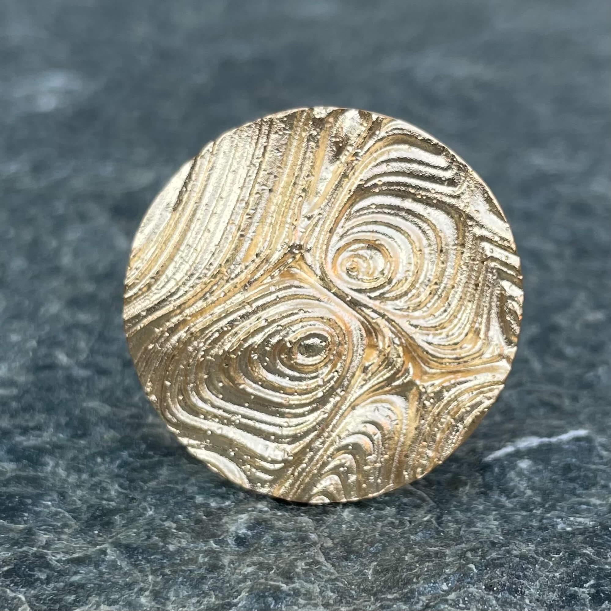 Bewerkte ronde ring van verguld zilver