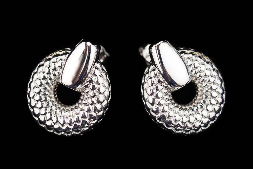 Bewerkte zilveren en ronde oorbellen