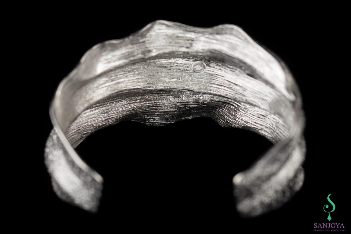 Zilveren geplooide slavenarmband, breed en gediamanteerd