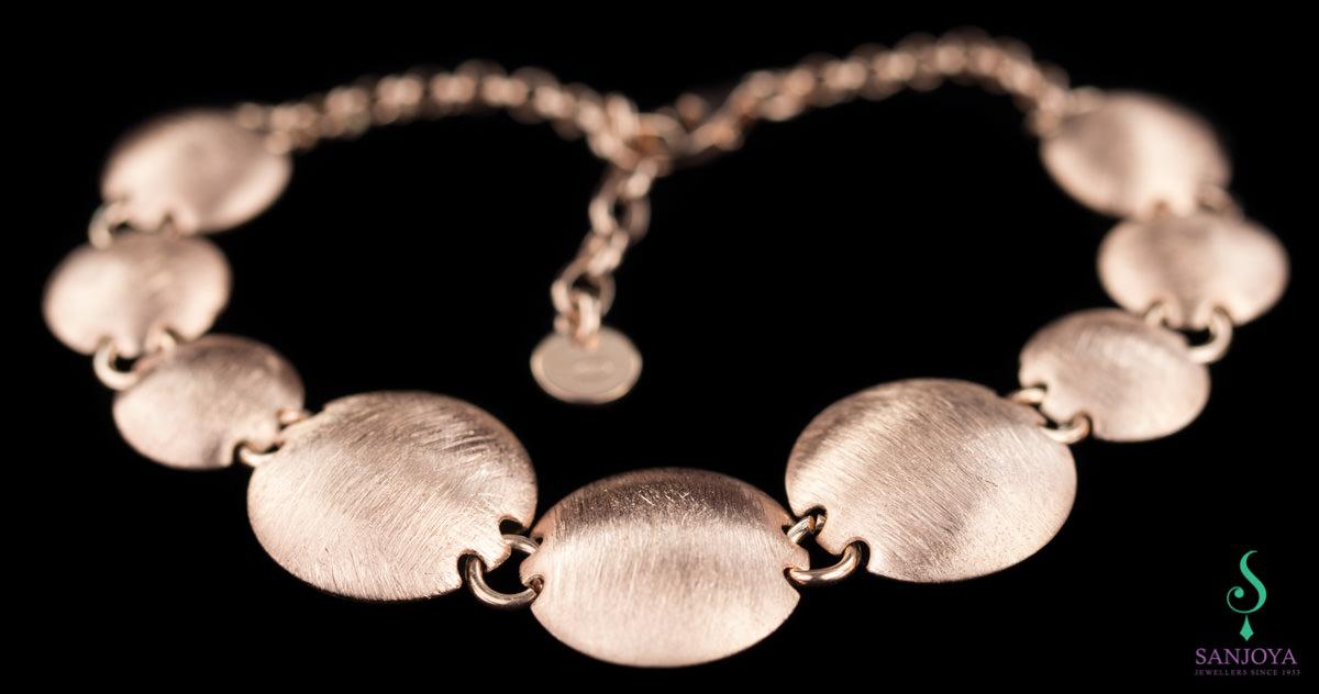 Rosé armband met bolletjes