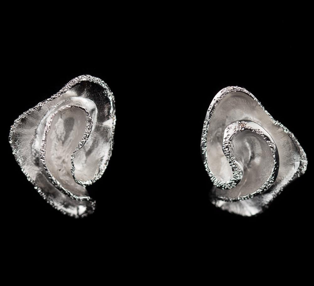 Zilveren oorbellen, krulvormig en schitterend