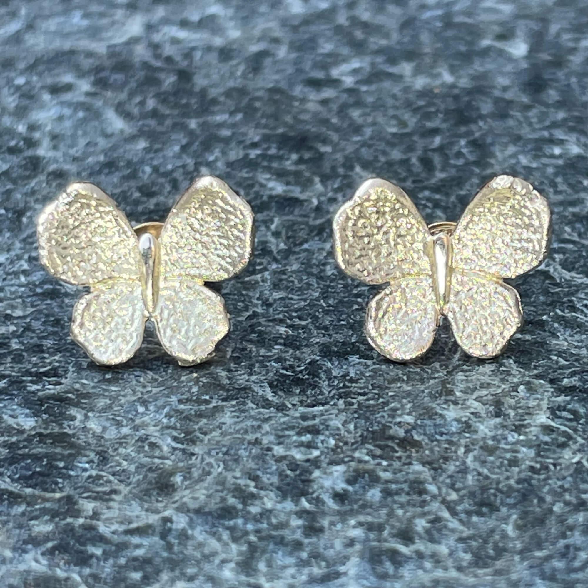Vergulde mini vlinder oorbellen