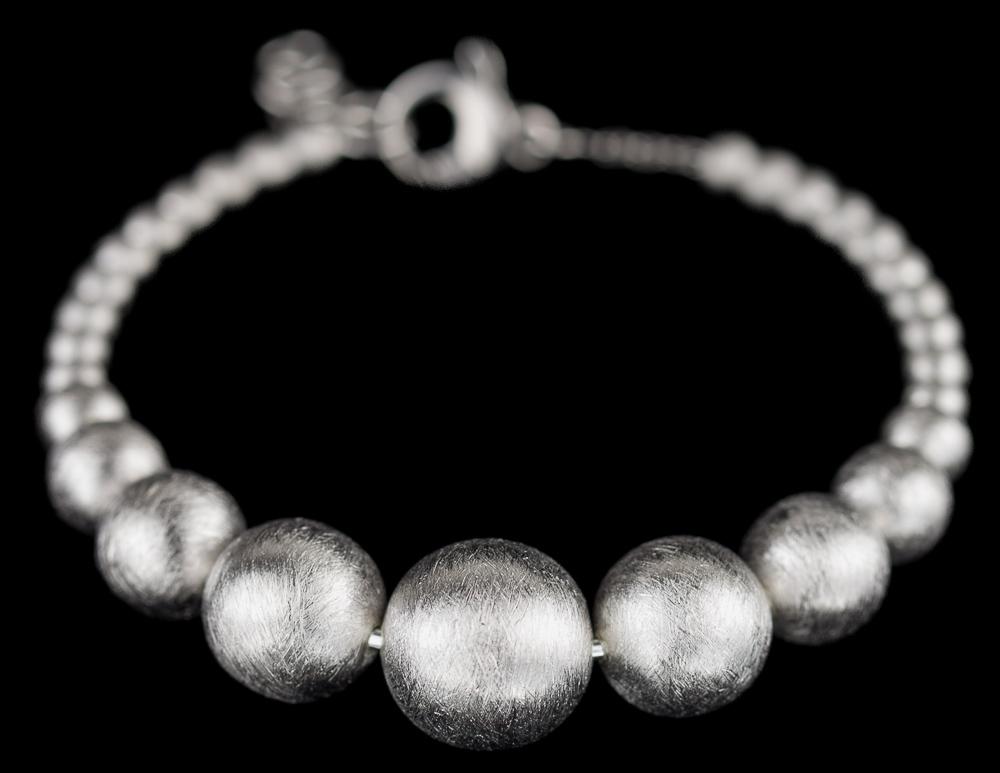 Zilveren armband met kleine en grotere bollen