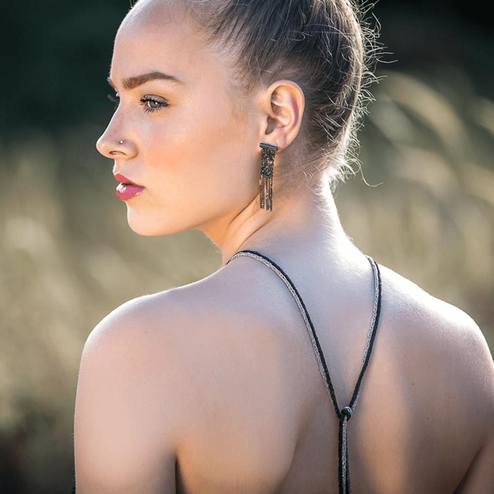 Donkergrijze smalle oorbellen van meerdere kettinkjes