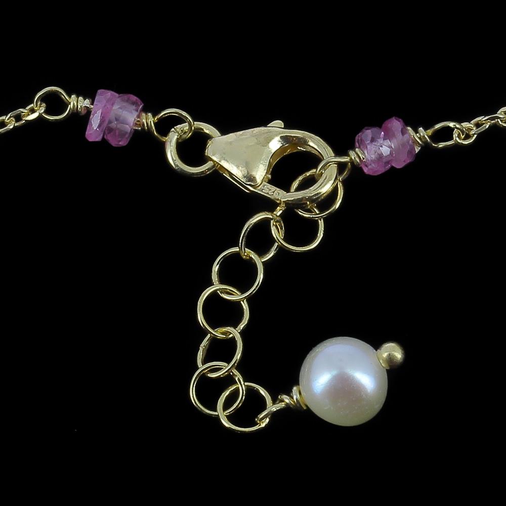 Verfijnd verguld armbandje met enkele parels en edelstenen